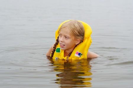 The floating Girl in einer Schwimmweste