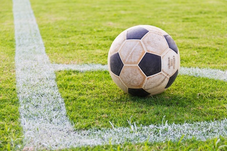 terrain foot: Vieux de football au coin de la pelouse football r�el, pr�t � jouer