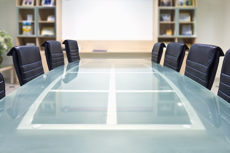 Sala konferencyjna ze szklanym blatem i fotele i deska biały