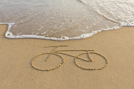 A simple bicycle drawing on the sand 免版税图像 - 11945077