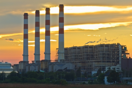 Gasturbine elektriciteitscentrale op zonsondergang