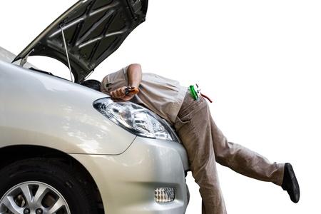 garage automobile: Dépannage de voiture à moteur sous le capot de voiture