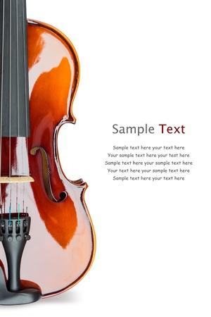 cello: Primo piano di violino lucido su sfondo bianco, con testo di esempio