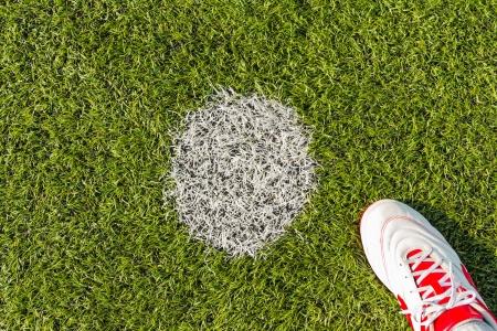 Strafpunt op kunstgras voetbalveld of binnen futsal veld met zaalvoetbal schoen Stockfoto