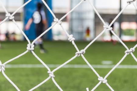 Close-up van voetbal of voetbal doel netto in het overdekte voetbalveld