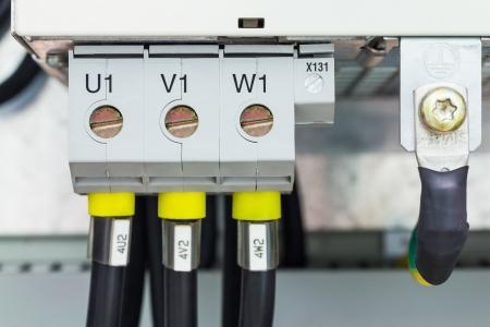 Drie fase elektrische aansluiting via schroef terminals met fase brief markering en aarding
