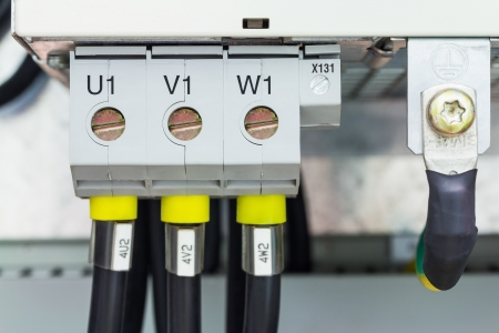 marking up: Trif�sico conexi�n de alimentaci�n a trav�s de terminales de tipo tornillo con la letra fase de marcado y la conexi�n de puesta a tierra Foto de archivo
