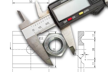 Digitale schuifmaat meten metalen moer, geïsoleerd op tekenen achtergrond met clipping path