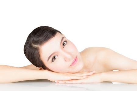 relaxes: Mujer joven hermosa que se relaja en la mesa con los hombros al descubierto, aislado en el fondo blanco