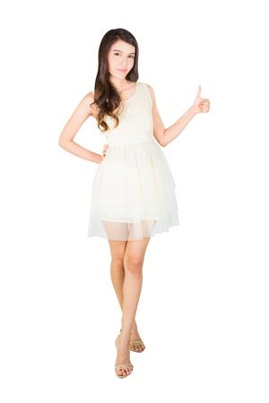 Mooie jonge vrouw in jurk, geïsoleerd op een witte achtergrond met clipping path