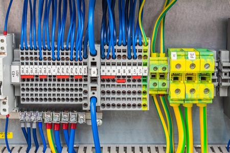 Aansluitklemmen voor de elektrische aansluiting en aarding klemmen voor de aarding in de controle cabine
