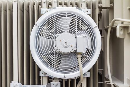 convection: Ventola di raffreddamento elettrico attaccato alla pinna radiatore del trasformatore Archivio Fotografico
