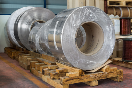 Aluminium rolled products or aluminium coils in storage area, conductor raw material Banco de Imagens