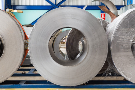 bobina: Bobinas de acero laminado en fr�o en el �rea de almacenamiento listos para alimentar a la m�quina en la fabricaci�n de carpinter�a met�lica Foto de archivo