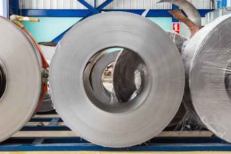 spirale: Kaltgewalzten Stahl-Coils in Speicherbereich bereit, um Maschine in Metallherstellungs füttern Lizenzfreie Bilder