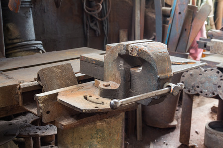 vise: Viejo y oxidado tornillo de banco en el taller de carpinter�a met�lica