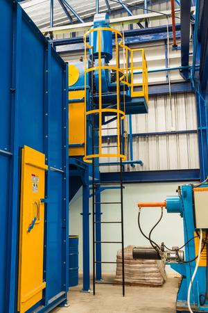 clavados: Fijo escalera con jaulas de seguridad en la f�brica, montado en la m�quina de chorro de arena