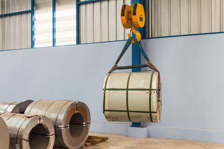 天井走行クレーンによる鋼コイルを持ち上げるマテリアルハンド リング