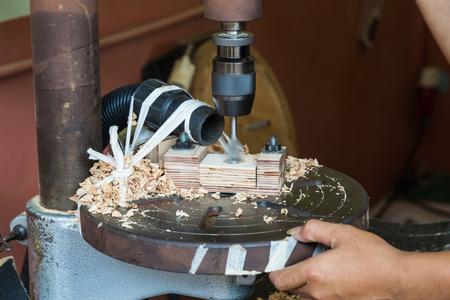 アクションでドリル プレス機に退屈な木材