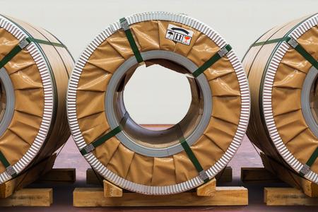 silicio: Bobinas en frío de acero o de acero al silicio laminadas en área de almacenamiento en el almacén Foto de archivo