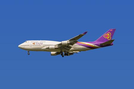boeing 747: BANGKOK, Thailandia - 19 Agosto, 2015 - Isolato Thai Airways Boeing 747 quattro motori per aeromobili si prepara per l'atterraggio con il tracciato di ritaglio.