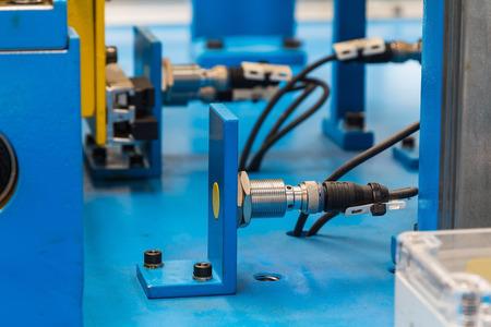 Inductieve proximity sensor of naderingsschakelaar geïnstalleerd op de machine