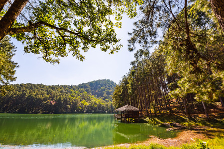 hospedaje: Wide angle view of serene lodging house beside the lake at Pang Ung Pang Tong reservoir, Mae Hong Son province, Thailand