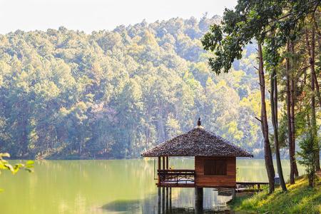 pang: Serene lodging house beside the lake at Pang Ung Pang Tong reservoir, Mae Hong Son province, Thailand Stock Photo