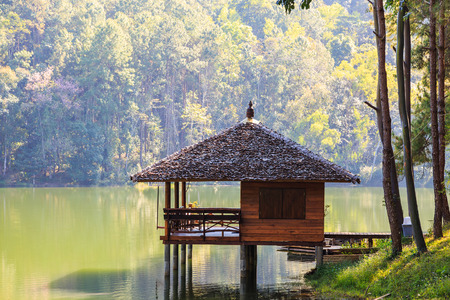 hospedaje: Serene lodging house beside the lake at Pang Ung Pang Tong reservoir, Mae Hong Son province, Thailand Foto de archivo