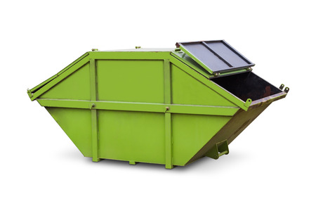 Green skip van huishoudelijk afval of industrieel afval, op een witte achtergrond