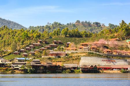 hospedaje: Mae Hong Son, Tailandia - el 03 de febrero de 2016 - casas de alojamiento en la ladera de una colina en Ban Rak Thai (Thai pueblo amante), la provincia de Mae Hong Son, Tailandia.