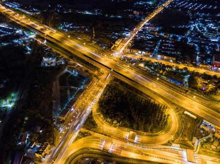 Nachtszene der Transportinfrastruktur an der Kreuzung mit der Überführung in Chonburi, Vogelperspektive vom Brummen, Autobahn in Thailand