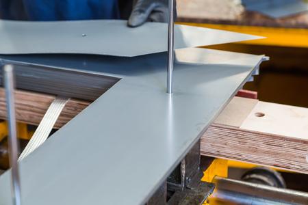 Schrittweise Überlappung des verschachtelten Transformatorkerns während der Herstellung, während die Siliziumstahlbleche gestapelt werden, wobei der Führungsstift im Mittelpunkt steht Standard-Bild