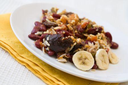 frutas deshidratadas: Tradicional curry vegetariano sudafricano hecha de frijoles y frutos secos, servido con arroz.