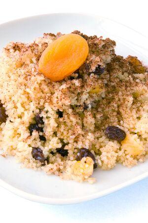 Seffa de cuscús, un plato dulce tradicional de Argelia y Marruecos hizo con canela y frutos secos como uvas pasas y albaricoques.  Foto de archivo - 6877784