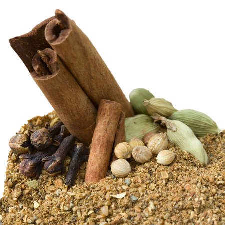 cardamum: Cut out image of the Garam Masala blend and its ingredients like cinnamon, coriander, cardamom and cloves.