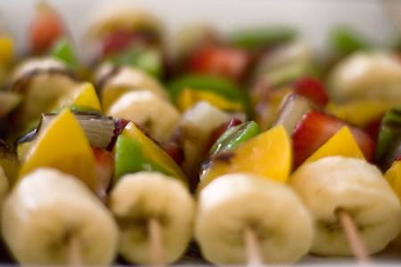 fruit skewers: Imagen de enfoque selectivo de brochetas de frutas frescas.