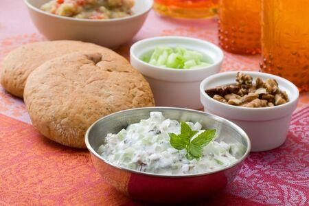comida arabe: Buffet de meze tradicionales con ca�das orientales de berenjenas y de yogur con pepinos.