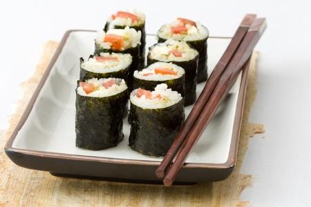 Makizushi gemaakt van mozzarella en tomaten als voorbeeld voor crossover keuken geserveerd. Stockfoto
