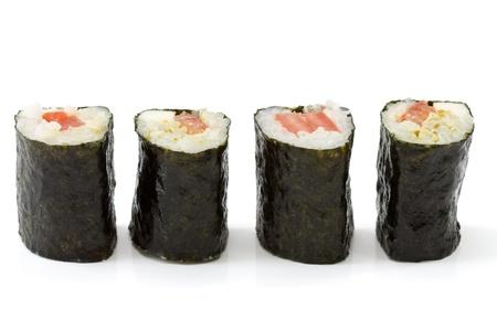 Geïsoleerde makizushi in een rij met witte achtergrond gemaakt van mozzarella en tomaten als voorbeeld voor crossover keuken.