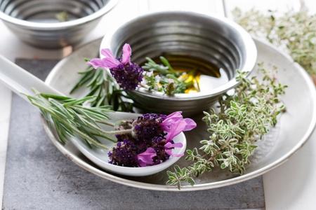 Zomer stilleven met lavendel, olie, rozemarijn en tijm.