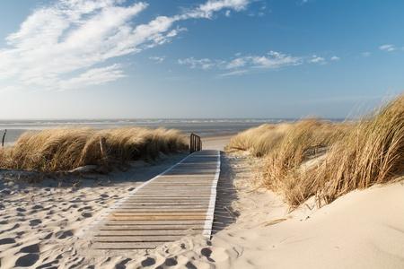 duna: Ruta de acceso a la playa en Langeoog por las dunas con el mar del Norte en segundo plano Foto de archivo