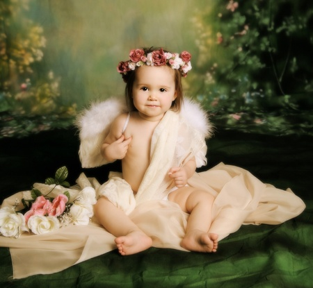 Elegant vintage style portrait of a baby girl dressed with angel wings and a flower halo headband Archivio Fotografico