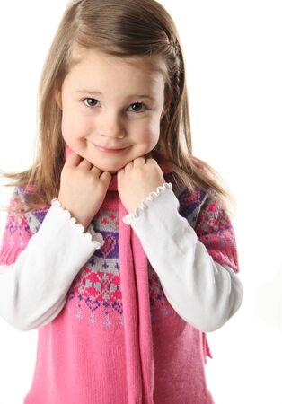 니트 핑크 드레스와 스카프를 입고 smilng 사랑 스럽다 유치원 소녀의 초상
