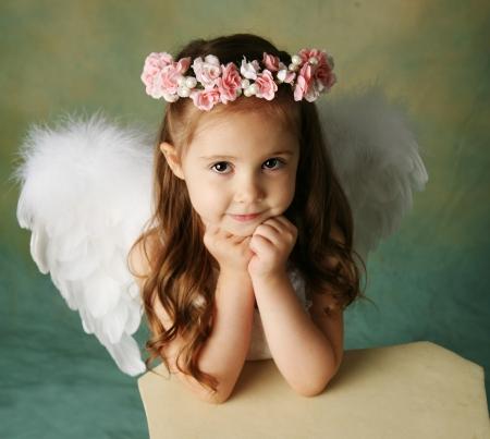 angeles bebe: Hermosa joven vestido con alas de �ngel y flor halo con expresi�n feliz sonrisa