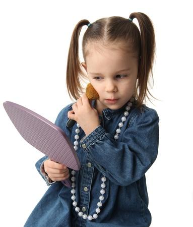 little models: Retrato de una bonita ni�a preescolar aplicar maquillaje y buscar en un espejo