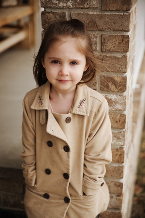 ni�o modelo: Hermosa joven preescolar al aire libre con una chaqueta de peacoat en la ca�da