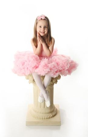 ballet cl�sico: Retrato de una chica adorable edad preescolar jugando vestido hasta con un tut� de ballet, aislado en blanco Foto de archivo