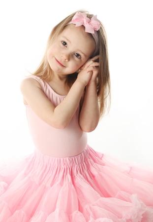 Portret van een schattige voorschoolse leeftijd meisje spelen dress up dragen van een ballet tutu, geïsoleerd op wit Stockfoto