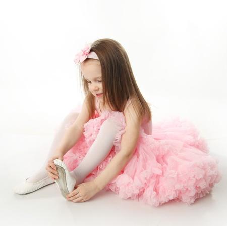 jolie petite fille: Portrait d'une jeune fille d'�ge pr�scolaire adorables jouer habiller en tutu de ballet, isol� sur blanc